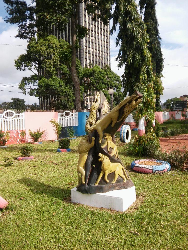 Des installation pour décorer la cours de ce musée d'Etat de la Côte d'Ivoire